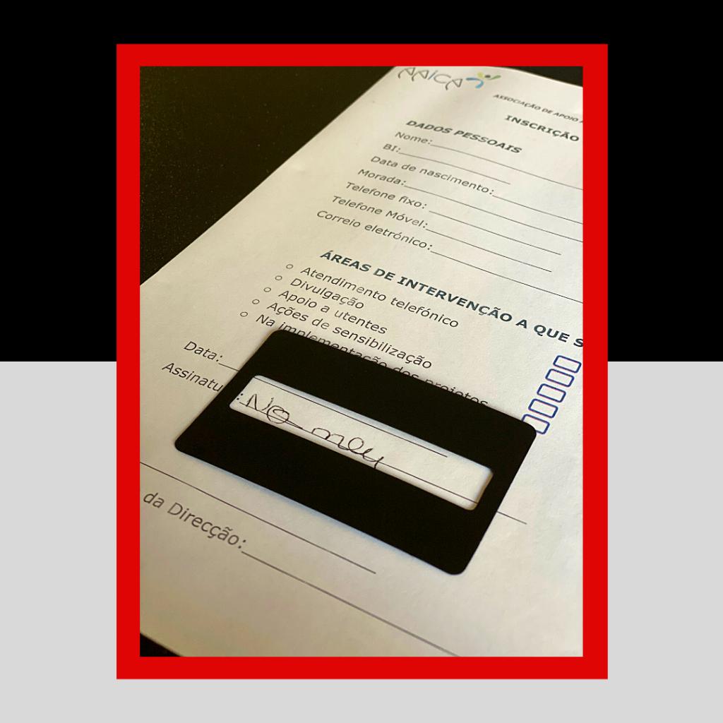 Guia de assinatura de cor preta, em cima do documento já assinado.