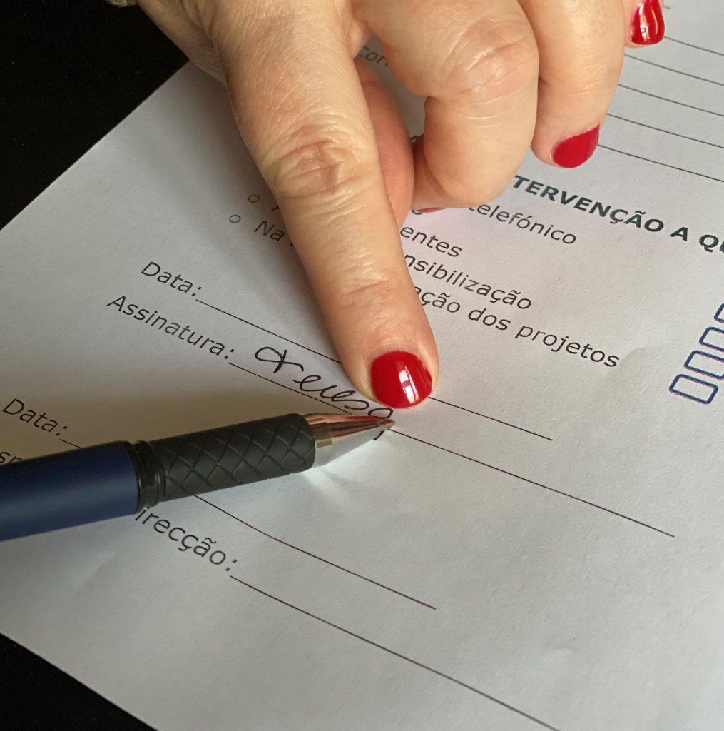 Mostra como se assina um documento, usando a técnica de assinatura.