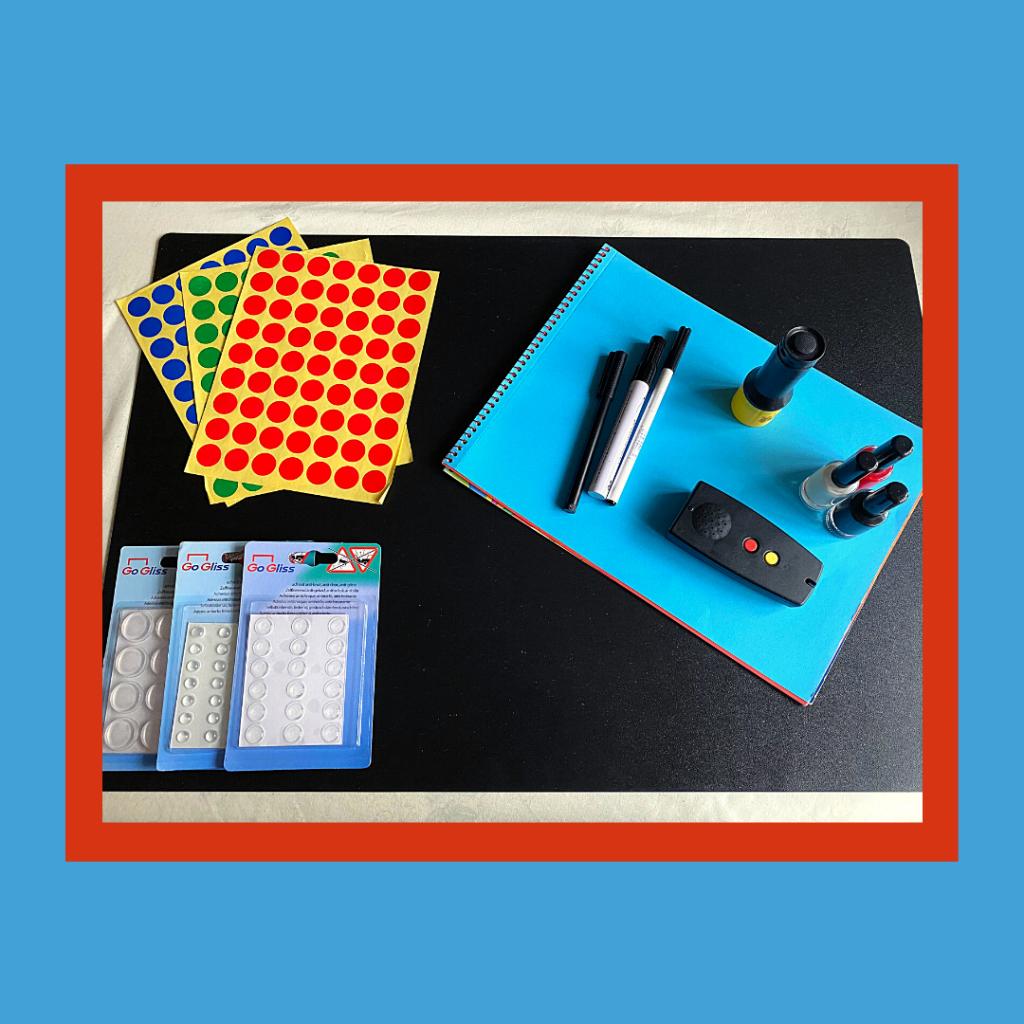 Conjunto de materiais: etiquetas, marcadores, vernizes, batentes, uma lanterna e leitor de cores.