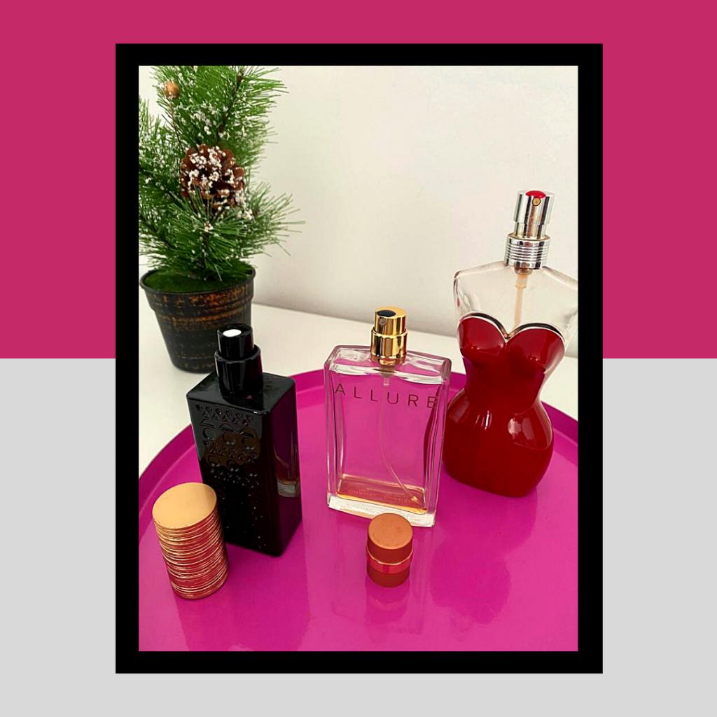 3 frascos de perfume com orifício marcado com verniz de cor contrastante.