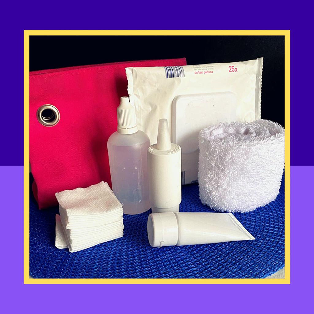 Uma bolsa com uma toalha e produtos para a limpeza dos olhos.