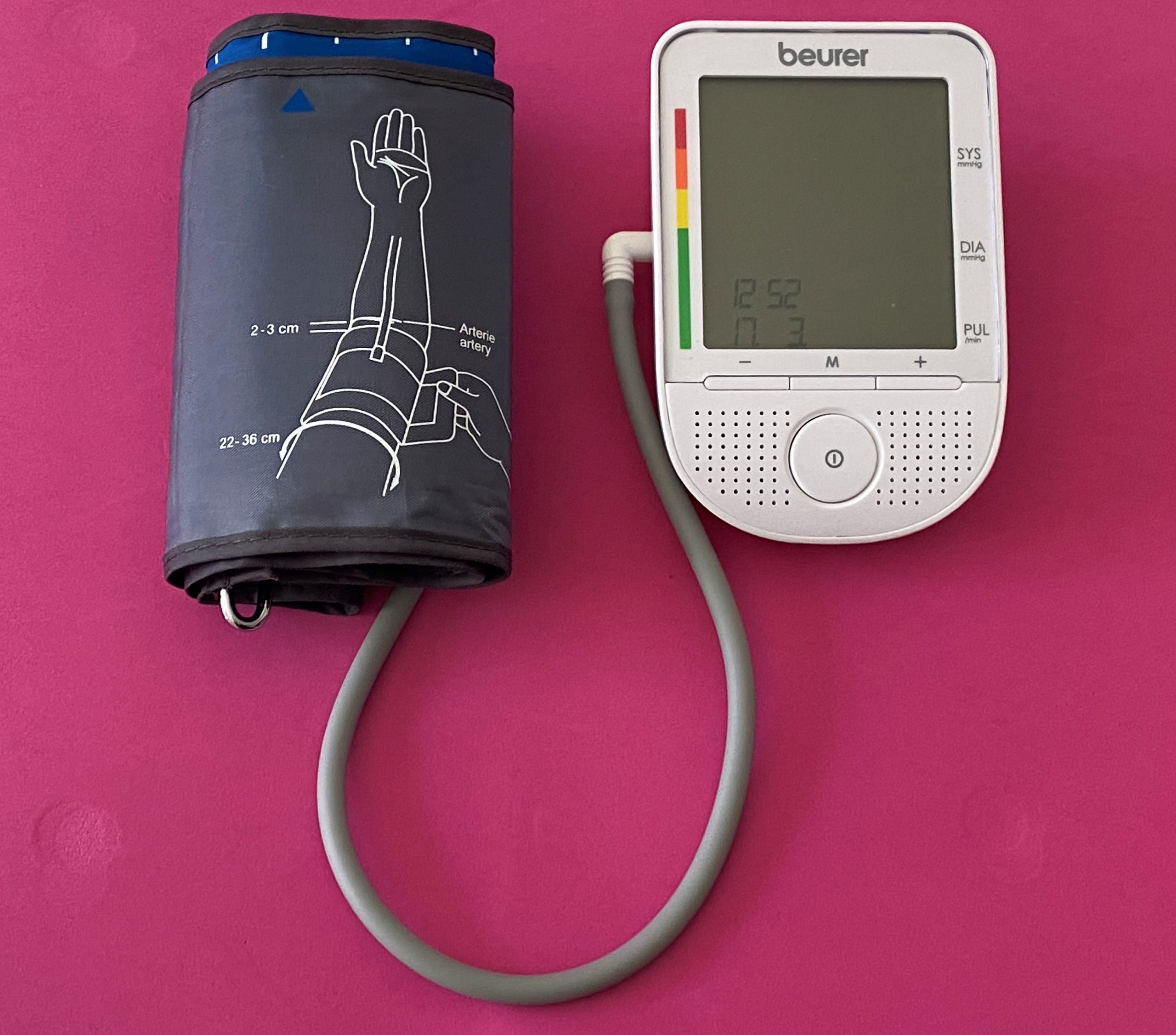 Medidor de tensão arterial, em posição de ser usado.