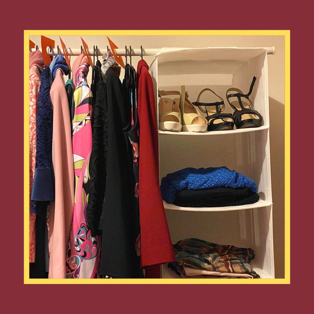 Peças de roupa penduradas por cores, com separadores de cor viva.