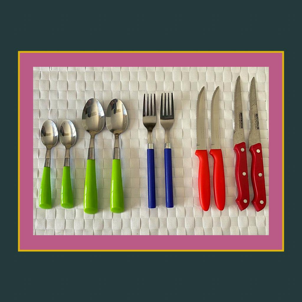 Talheres cabos em cor: colheres verde, garfos azul, facas vermelho.