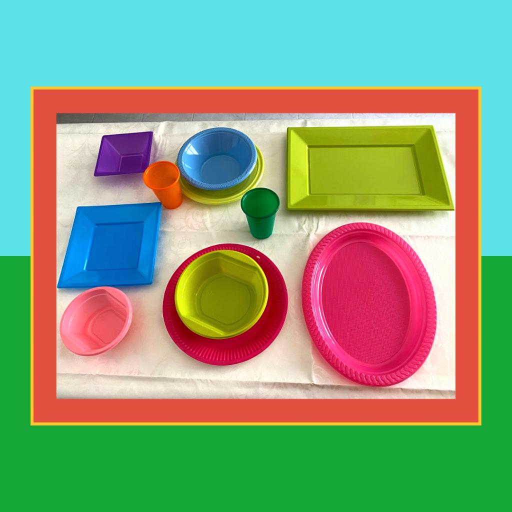 As taças, pratos, travessa e copos de cores vivas.